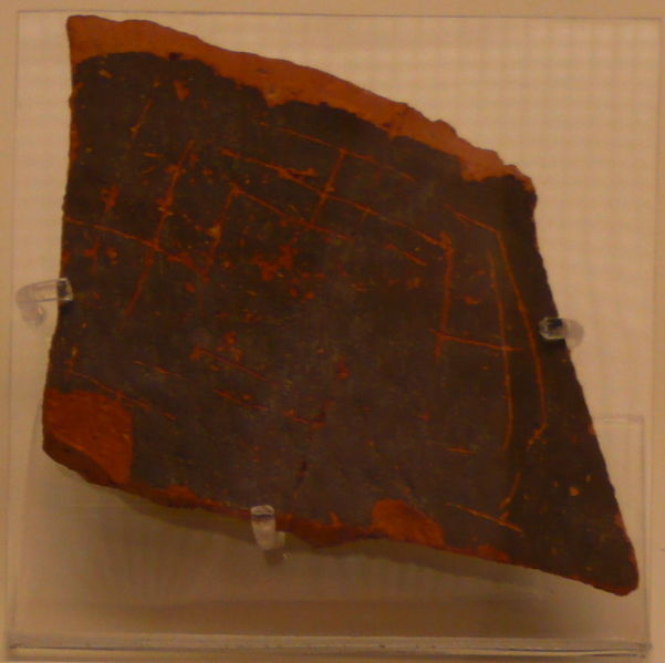 Fragmento de azulejo de arcilla el museo arqueológico de la ciudad griega de Micenas, que muestra lo que parece ser un tablero del Juego del Molino.