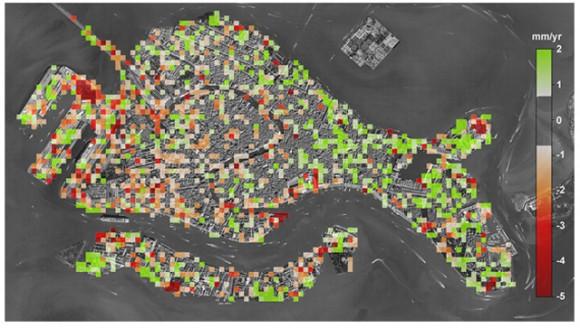Mapa del ritmo de hundimiento de Venecia. Las zonas en rojo indican los lugares en que la actividad humana contribuye al hundimiento. Imagen: Tosi et ál. (2013).