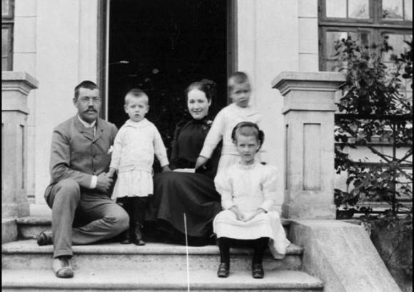 La familia de Christian Bohr al completo. Niels Bohr está entre el padre y la madre.
