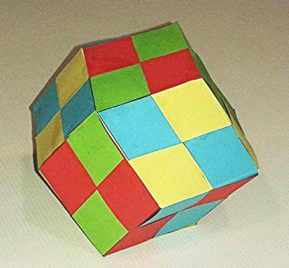 Este es el rombododecaedro que realicé anoche, basado en el diseño cuatricolor de la web PaperMatrix, con papel de color azul, amarillo, rojo y verde