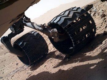 Detalle de las ruedas de Curiosity. Obsérvese el surco de dejan en el suelo de Marte sus 900 kilos de peso. Imagen: NASA/JPL-Caltech/MSSS