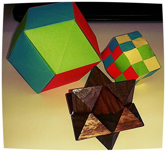 Puzzle de madera de seis piezas construido a partir del rombododecaedro estrellado, acompañado de dos construcciones con papel del rombododecaedro, realizadas por mí para estos dos artículos