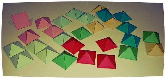 Una amplia colección de pirámides de diferentes colores para construir el rombododecaedro estrellado