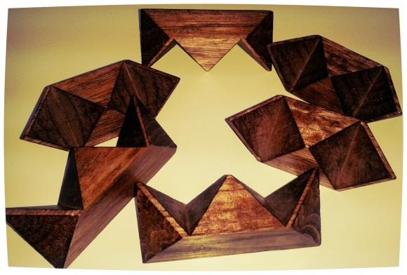 Las seis piezas del puzzle con las cuales montar el rombododecaedro estrellado