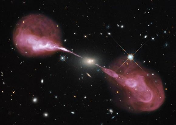 Hércules A es una galaxia aparentemente aburrida, vista con un telescopio en el óptico convencional, pero cuando se estudia en ondas de radio, se ven los electrones expulsados a una velocidad gigantesca desde el centro de la galaxia. Imagen: NASA, ESA, S. Baum and C. O'Dea (RIT), R. Perley and W. Cotton (NRAO/AUI/NSF), and the Hubble Heritage Team (STScI/AURA).