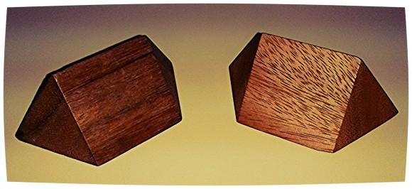 Rompecabezas de madera, que consiste en formar un tetraedro con estas dos piezas
