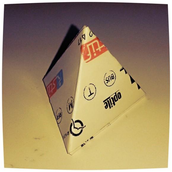 Tetraedro, construido por mí, con dos billetes del metro de París, según el diseño de J. Gimeno