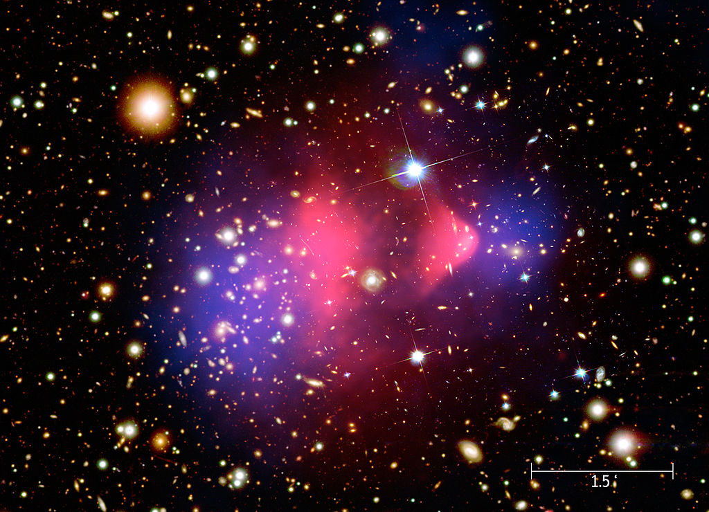 El cúmulo Bala realmente son dos cúmulos de galaxias en colisión. La imagen visible del telescopio espacial Hubble se complementa con la emisión en rayos X captada por el telescopio Chandra (en rosa). Su estudio es la mayor prueba de la existencia de la materia oscura. Imagen: NASA/CXC/M. Weiss | Wikimedia Commons