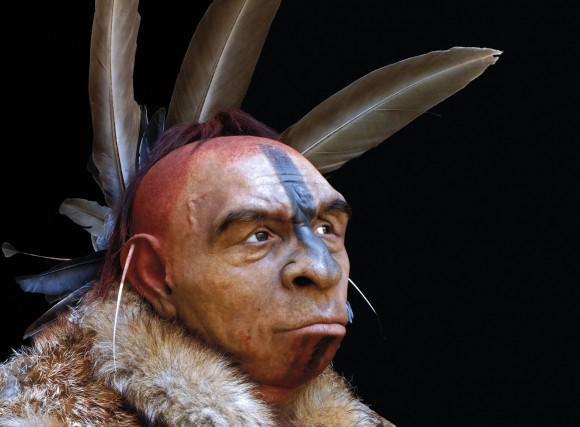Reconstrucción de un Neandertal adornado con plumas por Fabio Fogliazza.