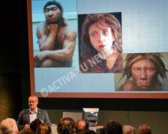 Álvaro Arrizabalaga presentando algunas de las reconstrucciones de Neandertales de los últimos años. ©Izaskun Lekuona.