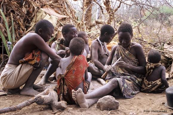 Grupo de mujeres y niños bosquimanos. Fotografía de Pilar Maldonado