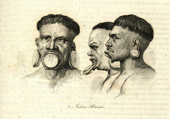 """Dibujo de tres botocudos –con los típicos discos de madera en labios y orejas- extraído del libro """"Voyage pinttoresque dans les deux Amériques"""" (1836), de Alcide d'Orbigny"""
