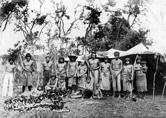 Pequeña tribu de tobas, cerca del río Pilcomayo en Paraguay (1892). Fotografía de E. C. Moody para la Revista Geográfica Americana no. 27, 1935