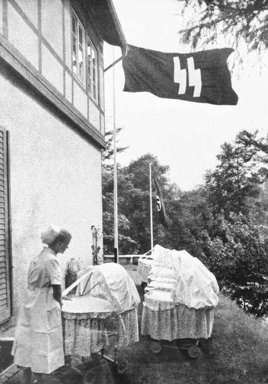 Lebensborn en la alemania nazi. La bandera es la de la Schutzstaffel (SS).