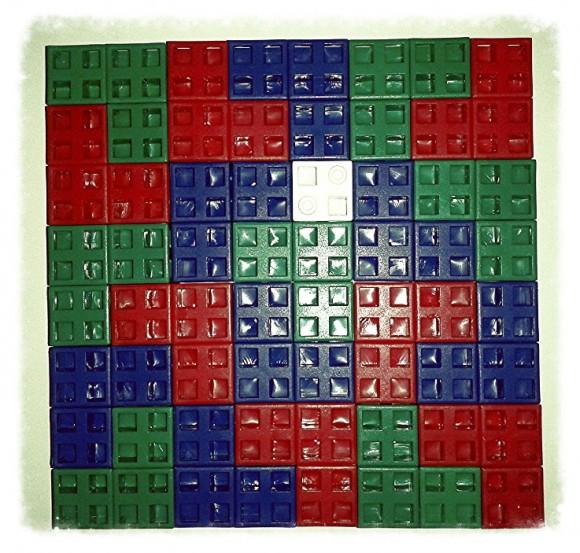 Una solución al reto del Vee-21 para el caso del cuadrado blanco en la posición del problema 1. Como se puede comprobar las fichas de color azul, rojo y verde no se tocan entre sí, salvo quizás por los vértices