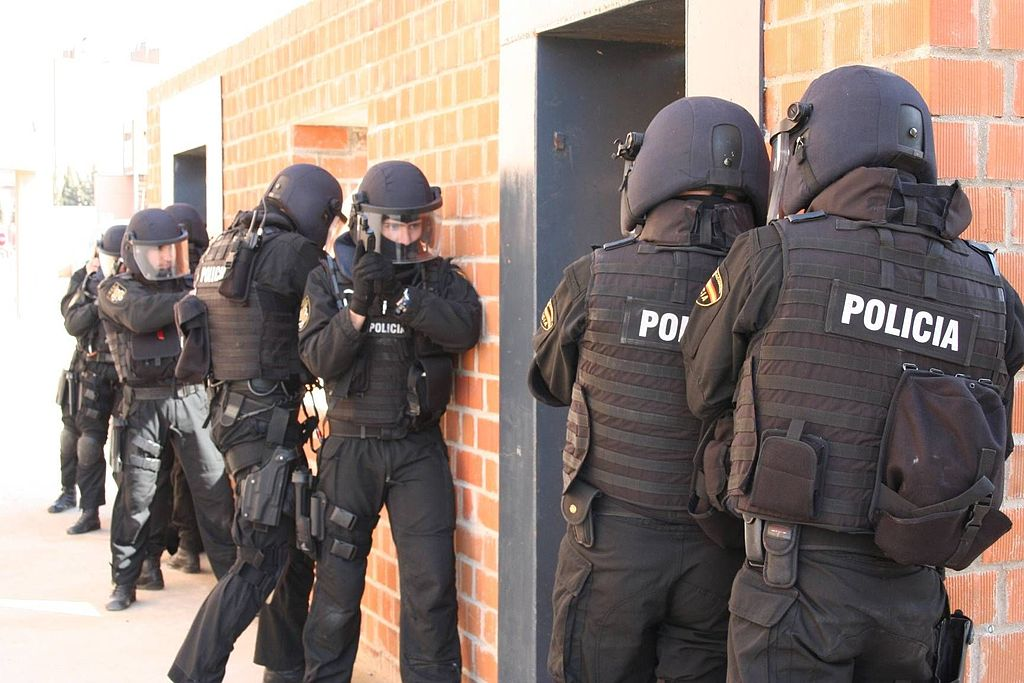 Grupo Especial de Operaciones (G.E.O.) del Cuerpo Nacional de Policía español durante un entrenamiento.   Imagen: Wikimedia Commons
