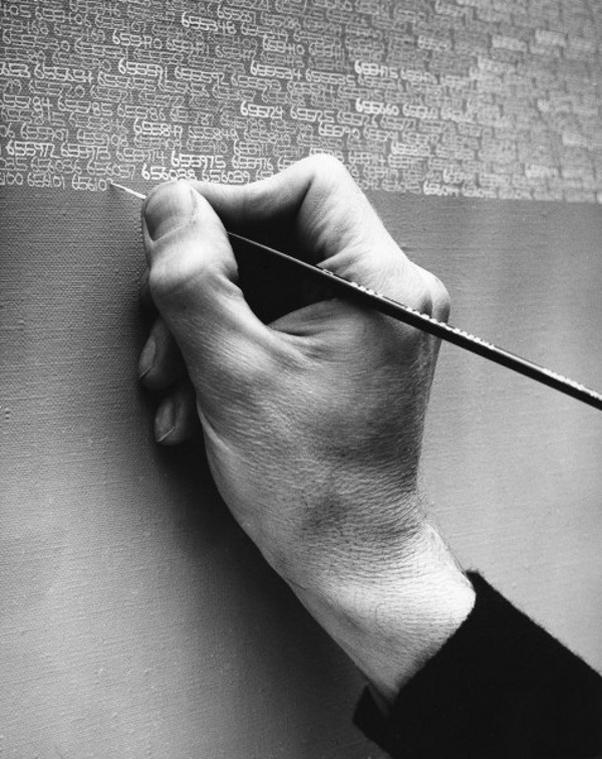 A partir de 1968 al terminar un lienzo se hacia una fotografía delante del cuadro, con lo cual documentó su propio envejecimiento, el paso del tiempo sobre su persona. Aquí vemos algunas de esas fotografías