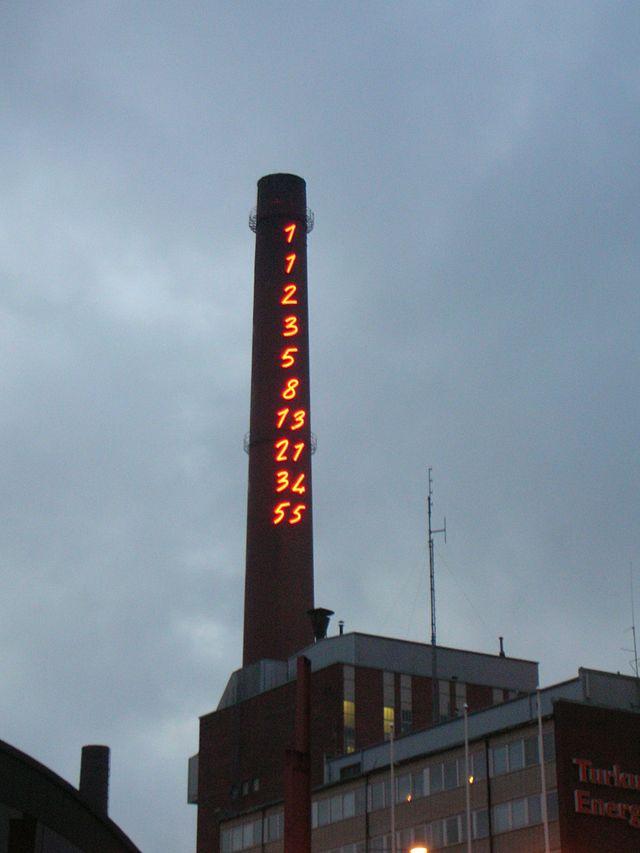 """""""Sucesión de Fibonacci 1-55"""" (1994), de Mario Merz, en la chimenea de una planta de energía en Turku, Finlandia"""