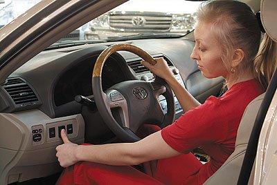 3. La publicidad no ha tardado en sumarse a la obsesión por la seguridad hasta el punto de convertirla en una virtud de nuestro vehículo. ¡Solo tu dedo puede arrancarlo!