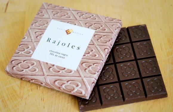 Baldosa típica de Barcelona, y tableta de chocolate, inspirada en ella, diseño de Enric Rovira