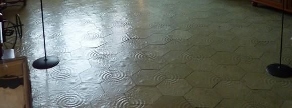 Mosaico hexagonal de los suelos de la Casa Milá, diseño de Antoni Gaudí