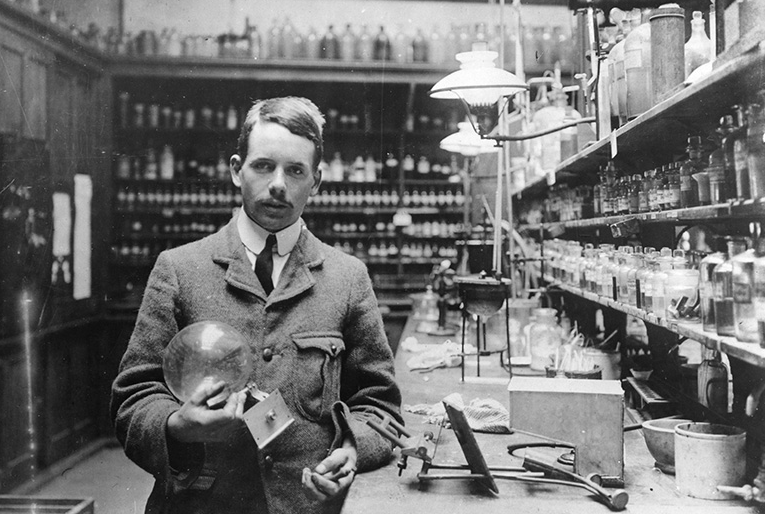Henry moseley rayos x tabla peridica y guerra la talla cientfica del fsico britnico henry moseley 1887 1915 es comparable a la de los fsicos michael faraday y ernest rutherford urtaz Image collections