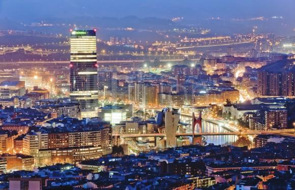 """Hermosa imagen de Bilbao por la noche, sacada de la página """"conoce Bilbao conmigo"""" [http://conocebilbaoconmigo.blogspot.com.es/2014/10/edificios-emblematicos-de-bilbao.html]"""
