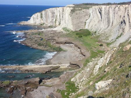 Vista general de la playa cementada de Tunelboca (Punta Galea, Getxo) próxima a la desembocadura de la Ría de Bilbao.