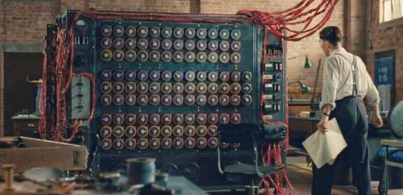 Escena de la película The imitation game (2014) en la que se ve al actor Benedict Cumberbatch, que encarna al matemático Alan Turing, frente a la máquina Bombe que creó para descifrar los mensajes cifrados de los alemanes encriptados con la máquina Enigma