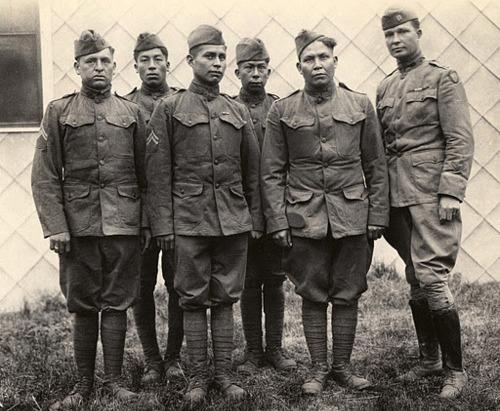 Seis indios choctaw que combatieron con el ejército de Estados Unidos durante la primera guerra mundial y que trabajaron como operadores de radio, empleando su lengua para la codificación de mensajes. En total fueron diecinueve los indios choctaw que realizaron dichas labores