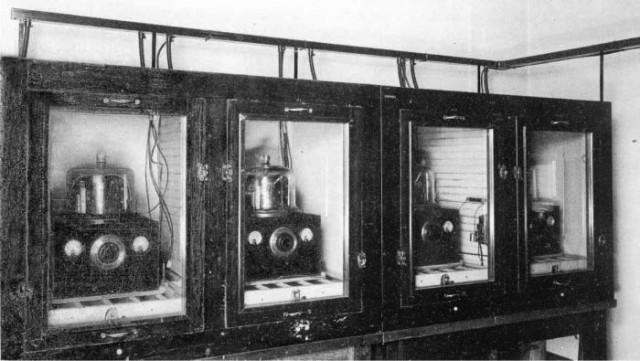 Los cuatro osciladores del primer reloj de cuarzo que marcó el estándar de tiempo en los Estados Unidos.