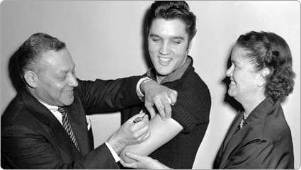 Elvis Presley recibió la vacuna de la polio, dentro de una campaña para promover la vacunación contra esta enfermedad, en 1956