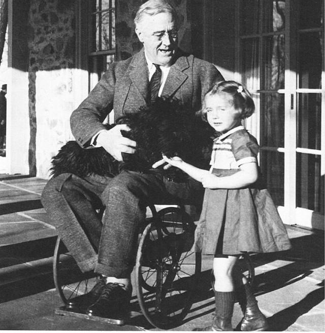 El presidente de los Estados Unidos de América Franklin D. Roosevelt, en silla de ruedas, como consecuencia de las secuelas de la poliomielitis padecida