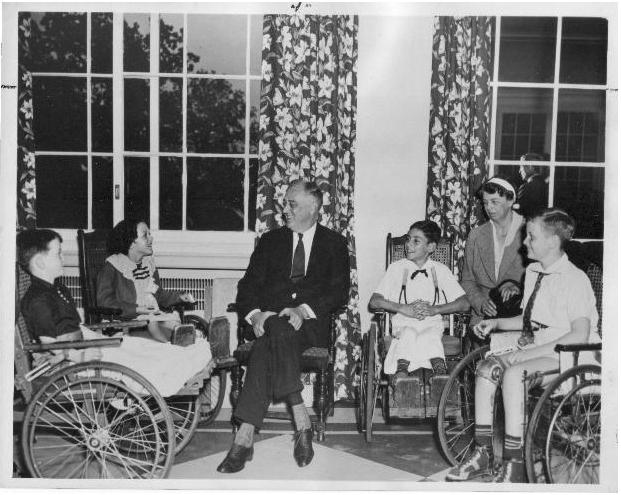 El presidente Roosevelt junto con un grupo de niños afectados de polio en un centro de rehabilitación de Georgia, que él hizo posible, para víctimas de la poliomielitis