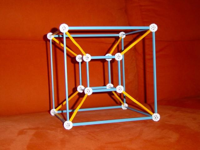 Proyección en perspectiva del hipercubo del espacio cuatridimensional en el espacio de dimensión 3, que he realizado con la herramienta educativa y de construcciones zometool, y que es similar a la que aparece en el Juego de la oca matemático