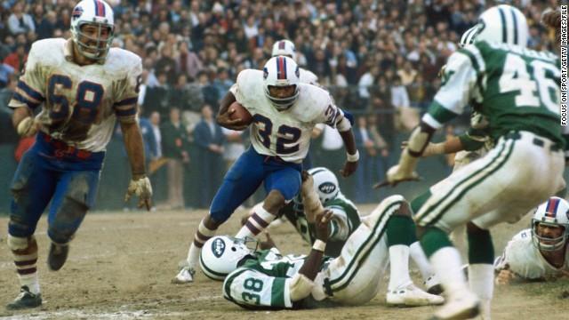 El jugador de fútbol americano O. J. Simpson, número 23, en un partido de los Buffalo Bills contra los New York Jets