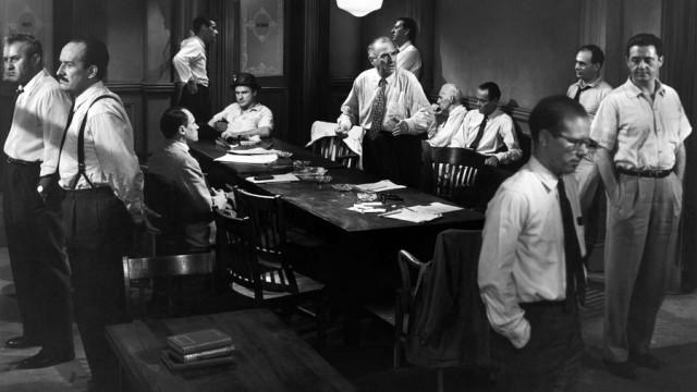 Escena de la película Doce hombres sin piedad (1957), dirigida por el maestro Sidney Lumet, e interpretada por Henry Fonda, quien aparece en la imagen, sentado en la mesa