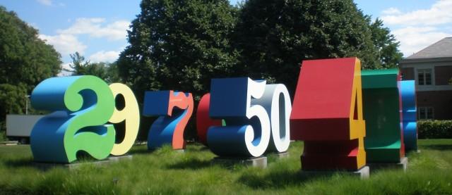 Desde el uno hasta el cero (1980-2001), de Robert Indiana, realizadas en aluminio policromado sobre una base de acero
