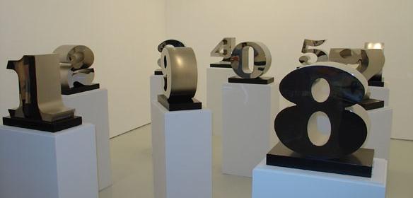 Desde el uno hasta el cero (1978-2003), de Robert Indiana, realizadas en acero inoxidable