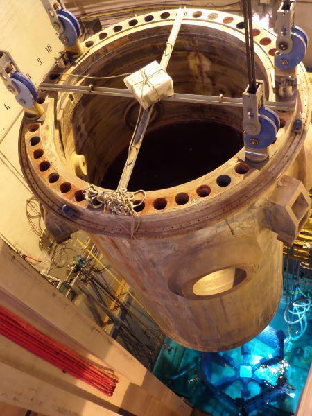 Imagen de la retirada de la vasija del reactor de la Central de Zorita. Fuente: Enresa.es