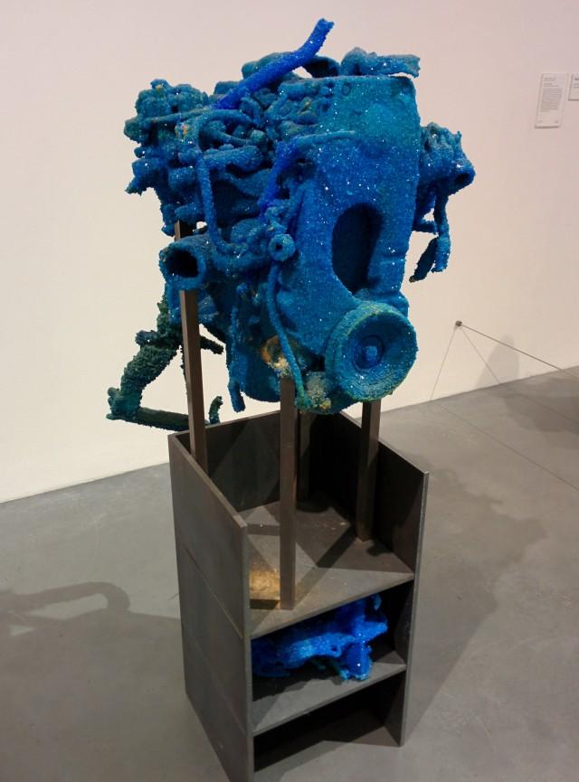Sin título, 2011. Roger Hiorns. Motor, acero, sulfato de cobre. 170 x 58 x 68 cm