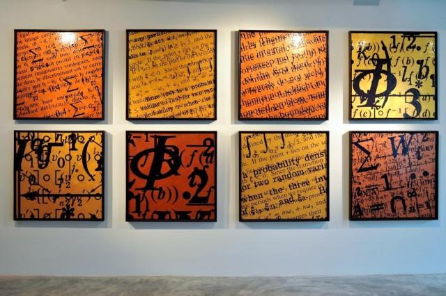 Ocho obras de Bernar Venet, pertenecientes a la serie saturaciones, de la exposición individual que tuvo lugar en 2012 en la Art Plural gallery de Singapur