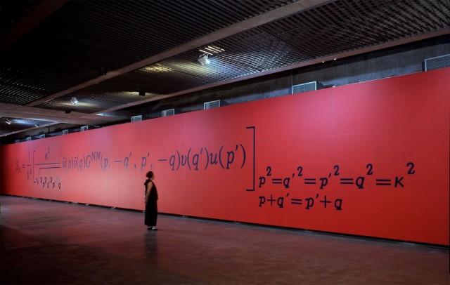 Pintura mural The S Matrix element (acrílico sobre lona) en la exposición en el Museu Brasileiro da Escultura, Sao Paulo, Brasil, en 2001
