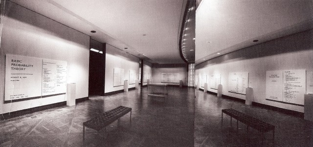 Vista de parte de la retrospectiva de Bernar Venet en el New York Cultural Center, 1971