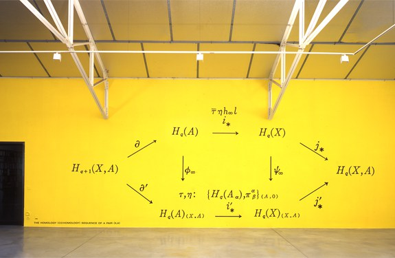 "Bernar Venet, ""Related to: The Homology (Cohomology) Sequence of a Pair (X,A)"", acrílico sobre pared, 2001; en el que descubrimos un diagrama del álgebra homológica"