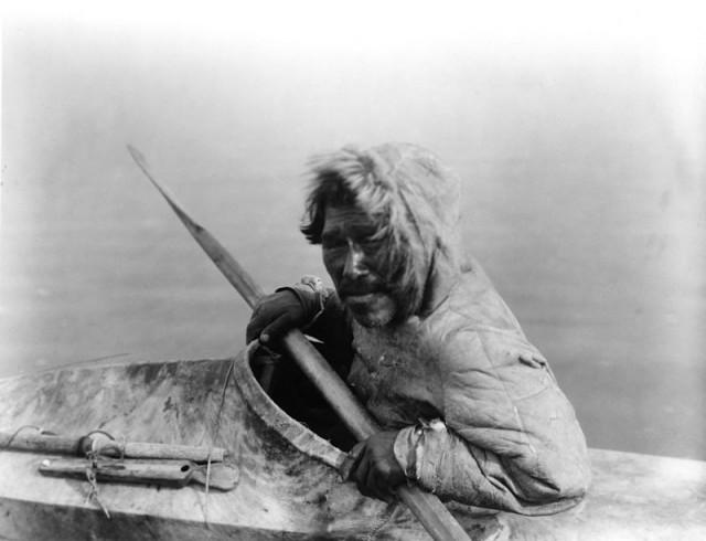 Un inupiat (grupo inuit) en un kayak, Noatak, Alaska, c. 1929 (Imagen: Edward S. Curtis, Wikipedia)