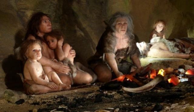 Reproducción de un grupo neandertal en el interior de una cueva. Muso neandertal de Kaprina
