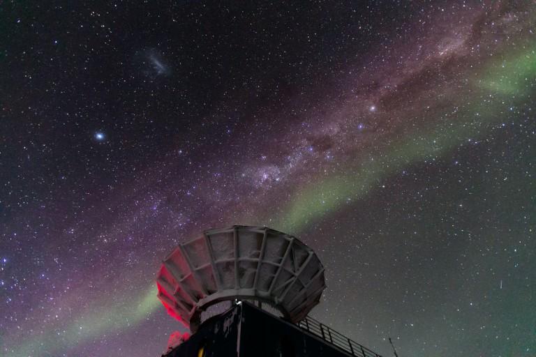 Cosmología de ondas gravitacionales en 29 órdenes de magnitud