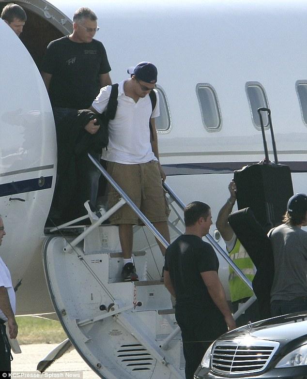 El actor, activista medioambiental y embajador de la naciones Unidas, Leonardo DiCaprio llega a Paría en vuelo privado.
