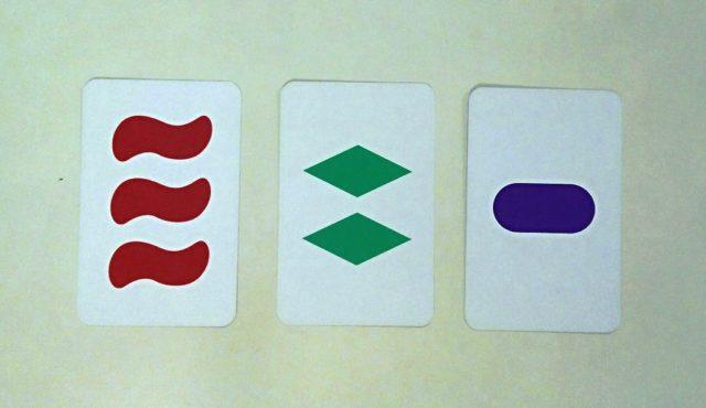 Estas tres cartas, que forman un SET, se corresponden con los puntos del espacio geométrico tetradimensional (2, 1, 0, 1), (0, 2, 2, 1) y (1, 0, 1, 1)